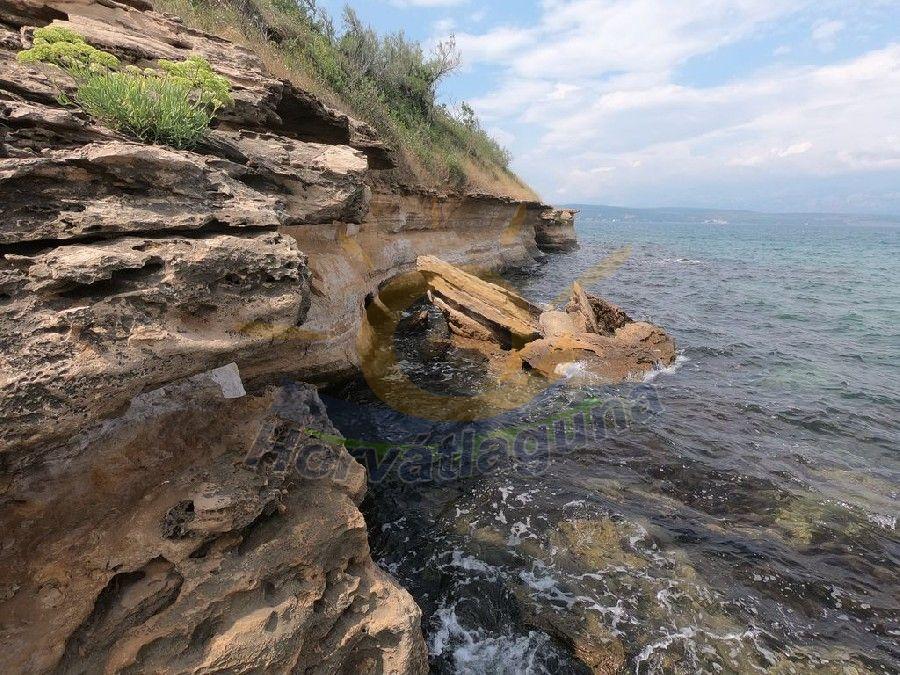 Korala beach sziklás part a Novigrádi öbölben